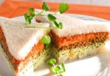 Sanduíche de pão de miga com pasta de tomate e agrião