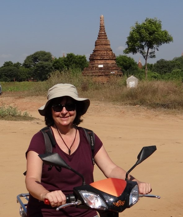 Inde touriste au chapeau sur un scooter
