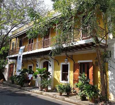 Pondichéry maison coloniale jaune ornée de verdure