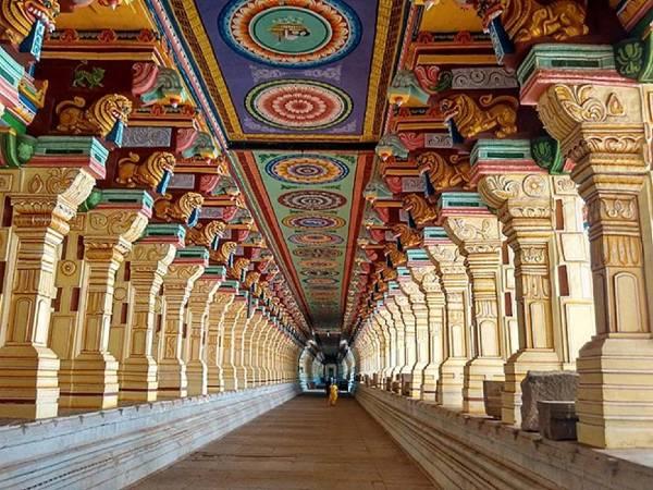 Inde couloir avec colonnes et plafond peint