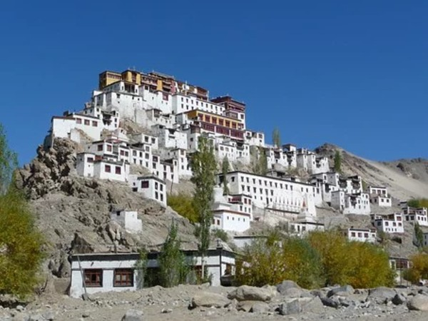 Monastère bouddhiste en hauteur