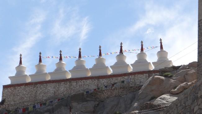 Ladakh rangées de petits dômes sur fond de ciel bleu