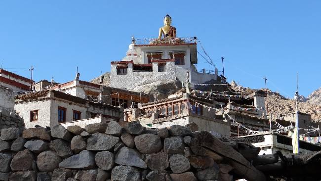 Ladakh statue de bouddha au-dessus de vieilles maisons