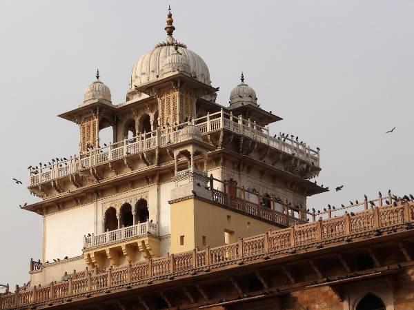 Inde clocher avec dômes