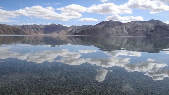 Ladakh montagnes se reflétant dans le lac