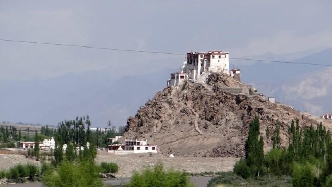 Ladakh vieux monastère blanc en heut d'une colline rocailleuse