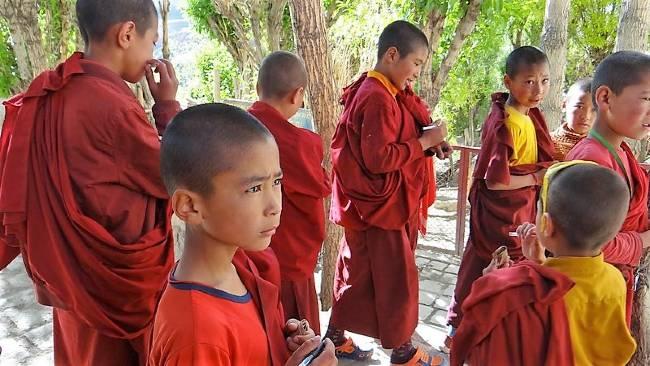 Ladakh enfants moines habillés en rouge