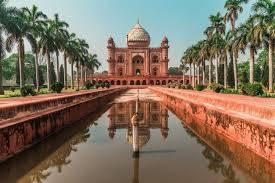 Inde New Delhi Bâtiment rouge avec dôme blanc au bout d'un bassin le reflétant