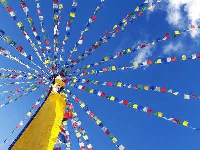 Inde Ladakh drapeaux de prières sur fond de ciel bleu