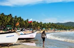 Plage avec des barques sur le sable