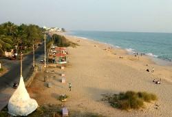 Plage de sable au soleil couchant