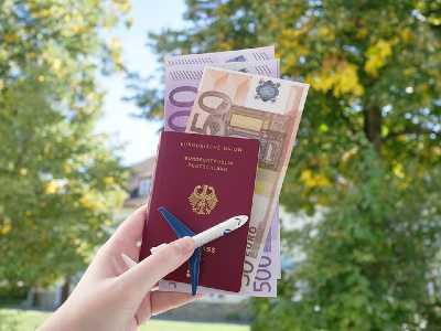 Passeport avec des billets d'argent insérés dedans