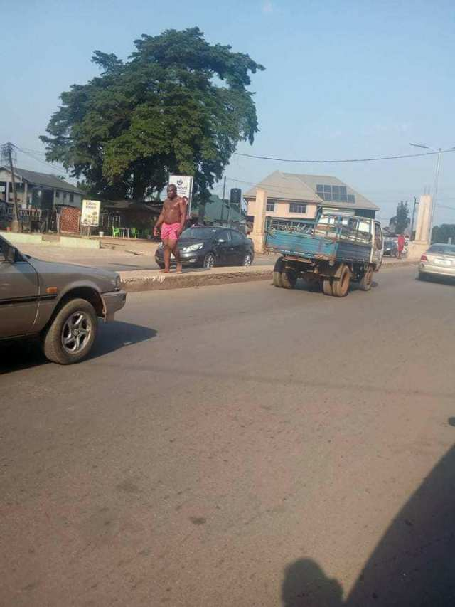mad 02 - Man suddenly runs mad in Owerri as people call on the commissioner for happiness to proffer a solution