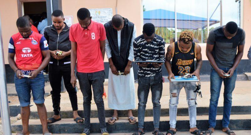 Ibadan 'Yahoo boys' unleash dog on EFCC operatives (See Photos) 2