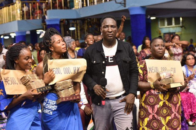 Prophet Jeremiah Omoto Fufeyin gives N500,000 each to members who made N50 donations in his church(P