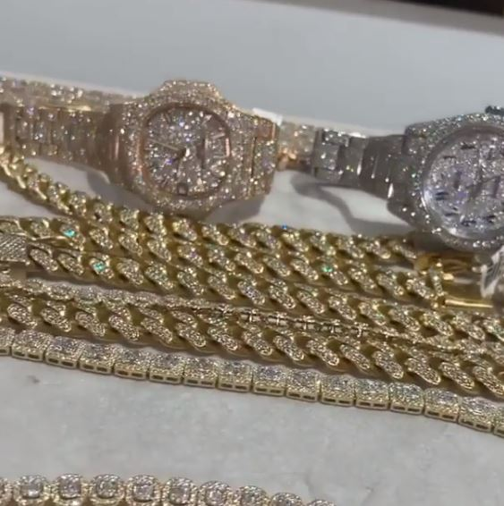 Wizkid flaunts expensive luxury jewelries