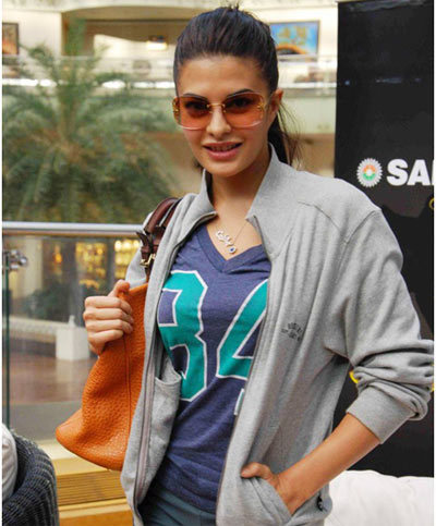 jacqueline fernandez, Smiley Queen at shopping