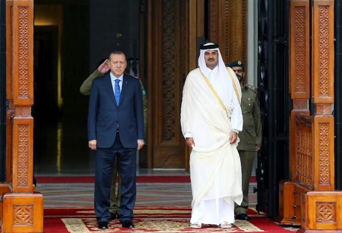 This handout photo taken and released by Turkey's Presidential Press Service on February 15, 2017 shows the Emir of Qatar Tamim bin Hamad Al Thani (R) and Turkish President Recep Tayyip Erdogan (L) attending a welcome ceremony in Doha
