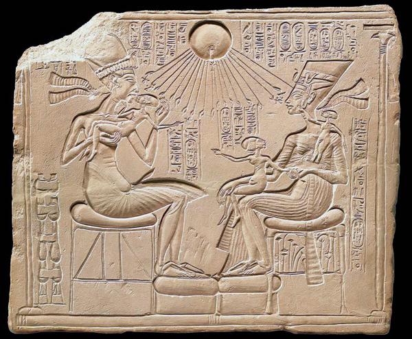 stele of the royal family touched by the rays of the Aten (Egyptian Museum in Berlin)