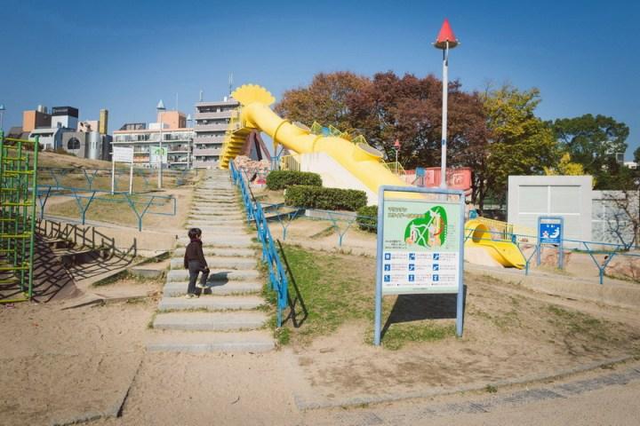 來到公園的第一件事,當然就是往上衝!