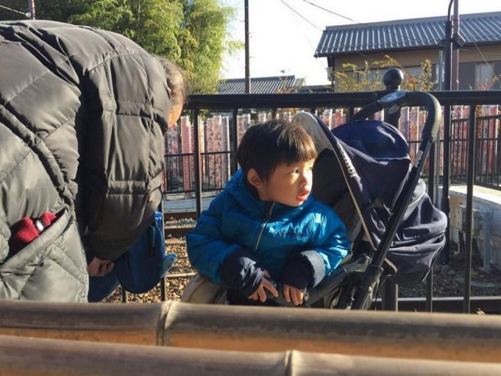 大兔最愛火車了,在這裡肯定有家的感覺。他本來不肯泡,後來看我們跑很爽就加入了。