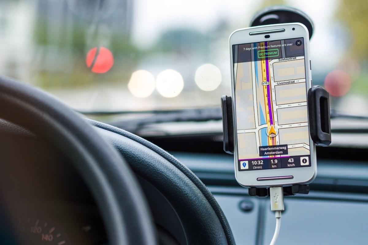 cargar el móvil en el coche