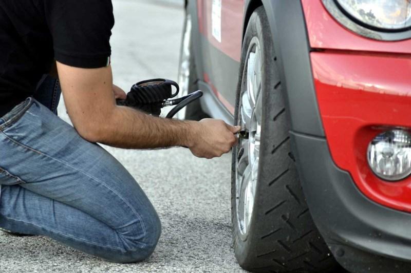 medir la presión de los neumáticos