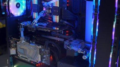 Karena luas, semua motherboard dapat leluasa diletakkan tanpa sesak.
