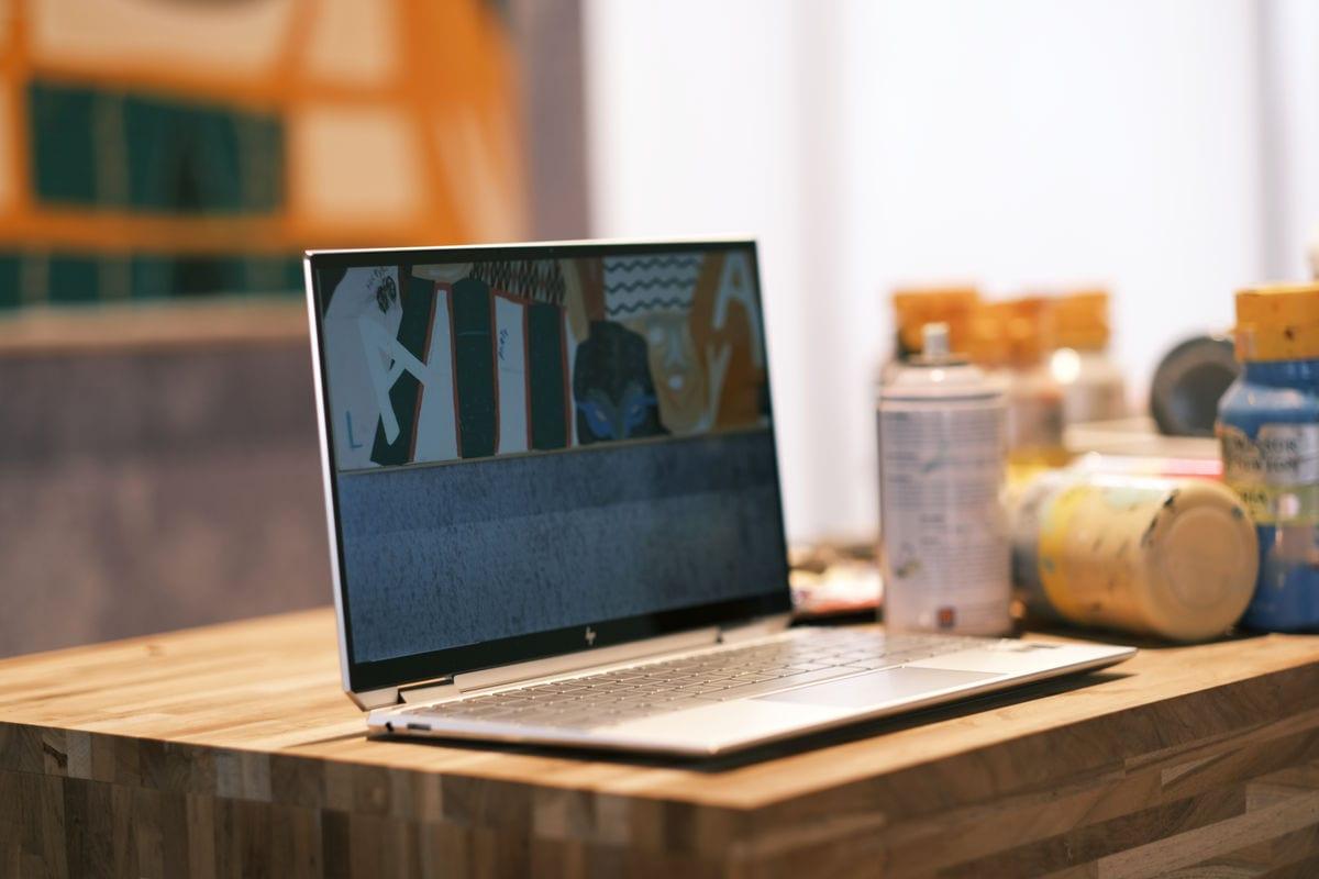 HP Spectre x360 2019 terbuka samping