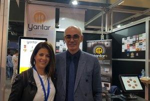 Eva-Pizarro-visitando-el-stand-de-Yantarplus