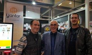 Vicente de Aperitivo Bar visitando el stand de Yantarplus