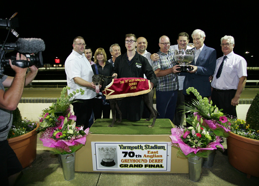 Clondoty Alex wins the 70th East Anglian Derby at Yarmouth Stadium trained by Mark Wallis from left to right is Jeff Norman, Justine Slater, Micheal Licence, Sid Hewitt, Daniel Wallis, Jim Tate, Kevin Dear, Paul, Carpenter, Stephen Franklin and Geoff Miller.