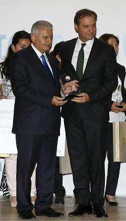 Başbakan Yıldırım, Şekerbank Genel Müdürü Servet Taze'ye de programa sağladıkları desteklerinden ötürü teşekkür plaketi verdi.