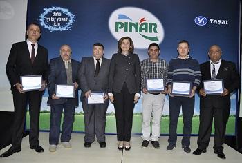 Yaşar Holding Yönetim Kurulu Başkan Vekili ve Pınar Süt Yönetim Kurulu Başkanı İdil Yiğitbaşı, Pınar Süt ile Çamlı Yem Besicilik'te 20. çalışma yılını başarıyla tamamlayanlara başarı sertifikalarını verdi.