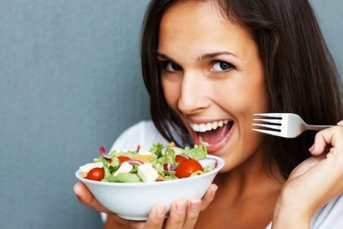 kadın yemek