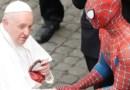 ..जब वेटिकन सिटी में स्पाइडर मैन से मिले पोप, मास्क देकर चौंकाया; सेल्फी भी खिंचवाई