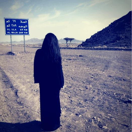 Mujer de Arabia Saudí vistiendo abaya