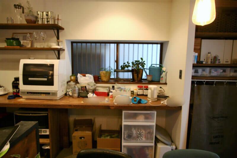 ダイニングテーブル後ろの作業台