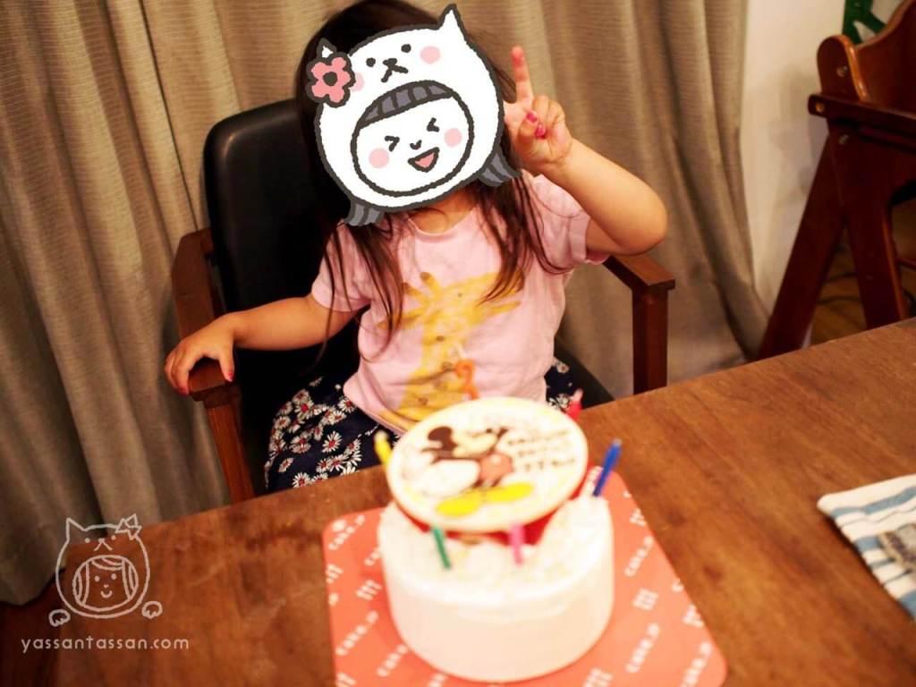 誕生日ケーキと一緒にピース