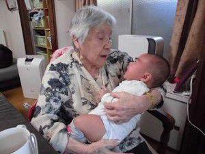 20150512-1月に生まれた管理者の赤ちゃんと利用者様との写真を掲載致します☆7