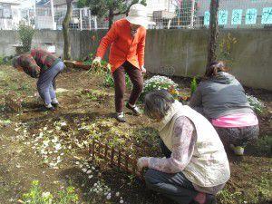 20150413利用者様とご一緒に、庭にお花を植えました!7