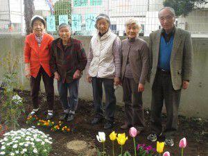 20150413利用者様とご一緒に、庭にお花を植えました!12