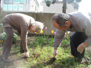 20150413利用者様とご一緒に、庭にお花を植えました!4