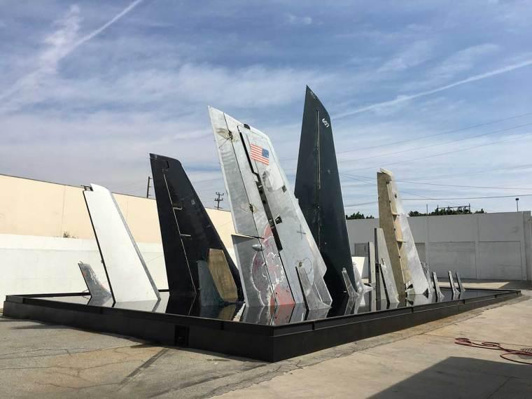 Simon Birch, Clear Air Turbulence, 2016-17, installation spécifique au site: rampes d'avion récupérées dans une piscine en acier, aluminium, acier, peinture, eau, encre. Vue d'installation. Photo de Gloria Yu.