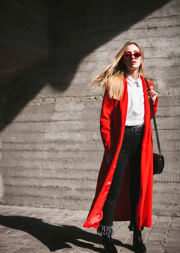 Красное удлиненное пальто в сочетании с длинной черной юбкой.