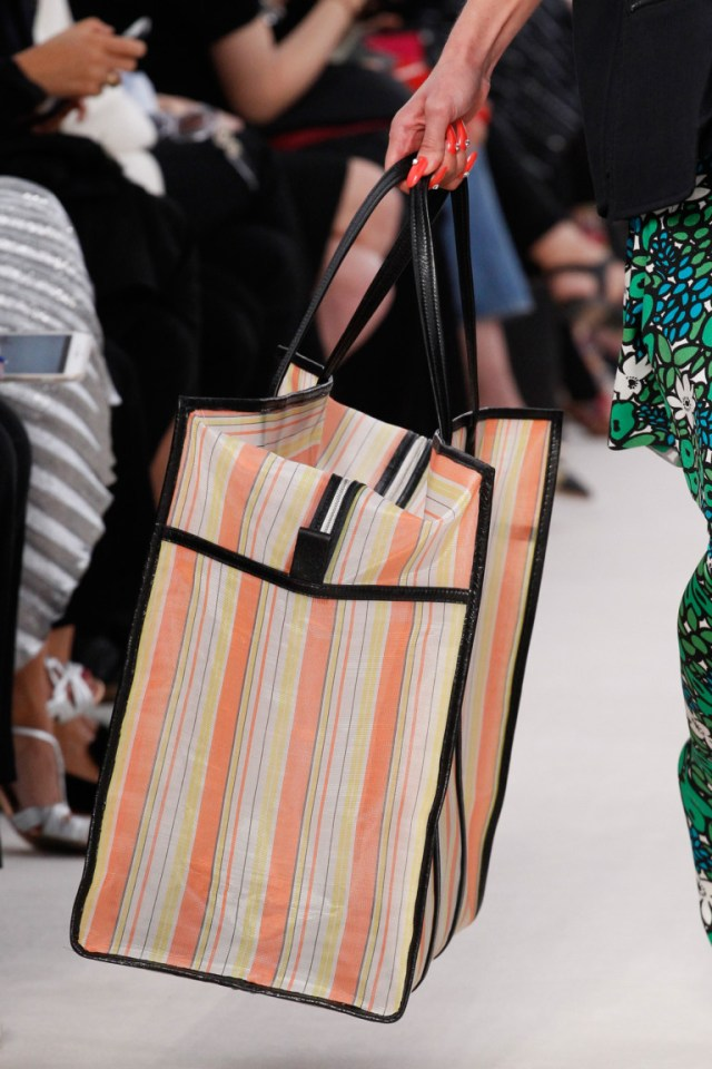 большая вместительная сумка в полоску - фото обзор коллекции Balenciaga.