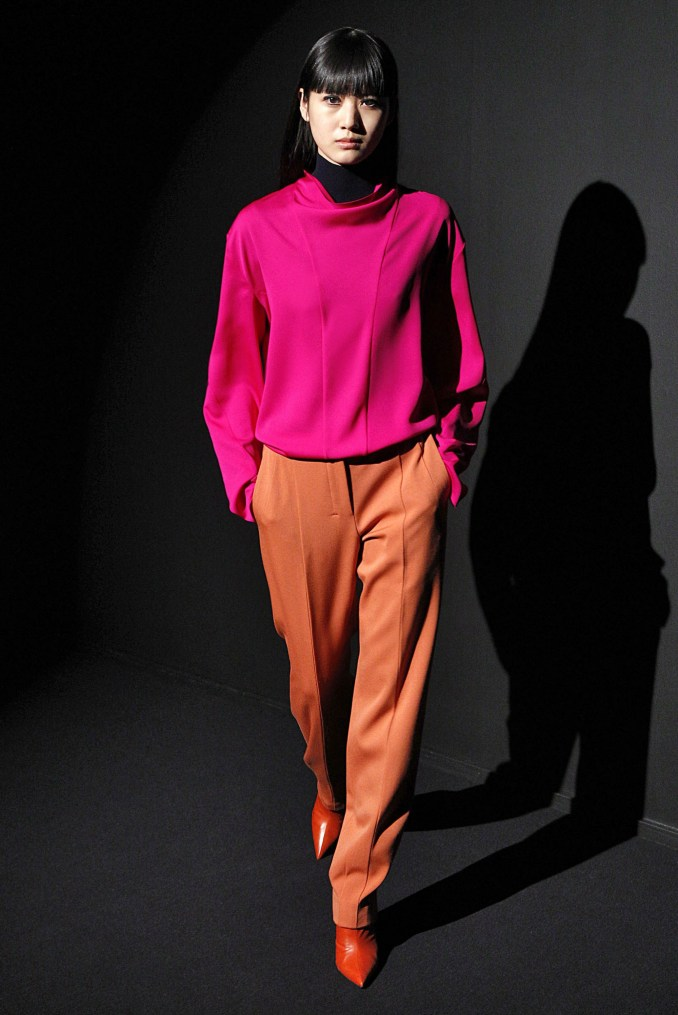 Narciso Rodriguez jacket in pink and purple 2019 with yellow-orange trousers and orange shoes