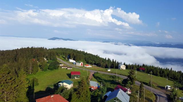 Trabzon ve Giresun illeri sınırında yer alan bu yörede Temmuz başına kadar karlar erimez. Sis Dağı'na Giresun-Eynesil yakınlarında sahilden içeri giren yaklaşık 40 km köy yolu ile ulaşılabilir.