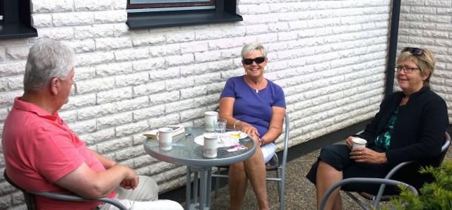 Christer och Monika avslutar en lyckad återträff med kaffe på vår entré-altan.