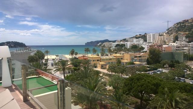 Kanonfin utsikt från hotelltaket där det fanns solstolar och pool.